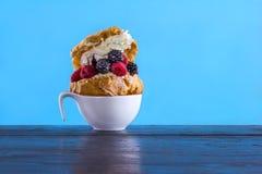 Шикарная cream слойка с плодоовощ Стоковые Фотографии RF