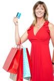 Шикарная shopaholic женщина в красивейшем платье стоковые фотографии rf