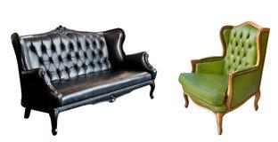 Шикарное винтажное зеленое кожаное кресло и черный кожаный диван изолированные на белой предпосылке стоковые фотографии rf