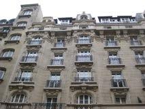 Шикарное детальное здание на улицах Парижа стоковые изображения