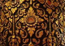 Шикарное золото и черная винтажная тайская картина на Teak отлакировали штендер в виске Wat Phumin, провинции Nan, Таиланде стоковые изображения rf