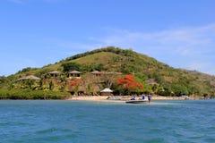 Шикарное изображение пляжного комплекса Volivoli, при солнце и песок и шлюпка подныривания приходя подпирать, Фиджи, 2015 Стоковое фото RF