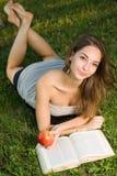 Шикарное молодое брюнет outdoors с ее книгой. Стоковое Изображение RF