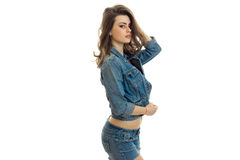 Шикарное молодое брюнет стоимость поворачивая косой в костюме джинсов и смотря камеру Стоковые Фото
