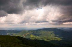 Шикарное облачное небо над горами Стоковая Фотография RF