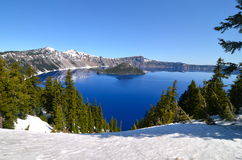 Шикарное озеро на весенний день, Орегон кратер Стоковое Фото