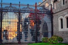 Шикарное отражение света солнца в стеклянном саде замка Hluboka nad Vltavou Заход солнца над замком Hluboka, чехией стоковое изображение rf