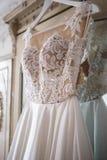 Шикарное платье свадьбы на винтажном шкафе Стоковые Фото