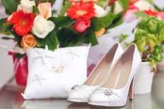 Шикарные ботинки невесты украшенные с кристаллами Красивое белое sh Стоковое Фото