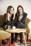 Шикарные девушки в кофейне Стоковая Фотография RF