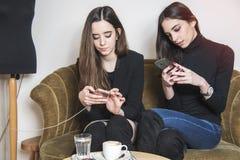 Шикарные девушки в кофейне Стоковые Фото