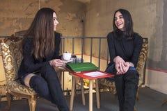 Шикарные девушки в кофейне Стоковое Изображение