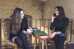 Шикарные девушки в кофейне Стоковое фото RF