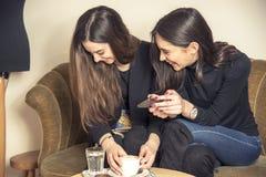 Шикарные девушки в кофейне Стоковая Фотография