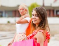 Шикарные девушки вне в покупках города Стоковое Изображение RF