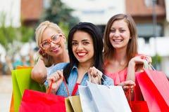 Шикарные девушки вне ходя по магазинам Стоковая Фотография