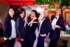 Шикарные девушки представляя в черных костюмах Стоковая Фотография