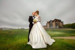 Шикарные детеныши элегантности как раз merried пары представляя outdoors Стоковое Изображение