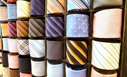 шикарные итальянские галстукы кладут связь на полку стоковое фото rf