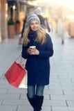 Шикарные молодой женщины покупки рождества вне Стоковое фото RF