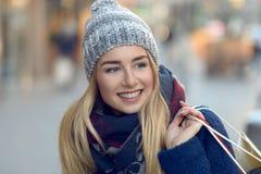 Шикарные молодой женщины покупки рождества вне Стоковые Фотографии RF