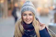 Шикарные молодой женщины покупки рождества вне Стоковое Фото