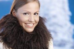 шикарные наслаждаясь детеныши женщины зимы портрета стоковые фото