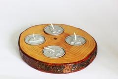 Шикарные свечи Деревянный подсвечник на белой предпосылке стоковые изображения rf