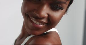 Шикарные черные танцы молодой женщины и видео представлять сток-видео