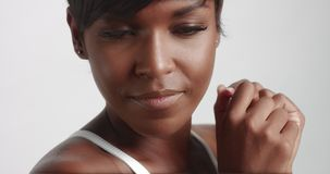 Шикарные черные танцы молодой женщины и видео представлять видеоматериал