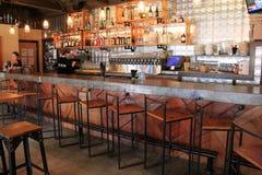 Шикарный бар настроил с деревянными табуретками и полками ликера, пиццы краеугольного камня Artisanal и пива ремесла, Ogunquit Ме Стоковые Изображения