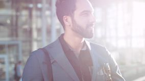 Шикарный бородатый человек обмундирования восточного появления у роскошного идя из торгового центра, joyfully смотря вокруг видеоматериал