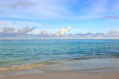 Шикарный взгляд Индийского океана, Мальдивов Пляж с белым песком, вода бирюзы, голубое небо и белые облака Стоковые Изображения