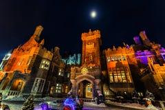 Шикарный взгляд Касы loma старый, винтажный замок на приглашая nighttime, освещенном с различными светами Стоковое Изображение