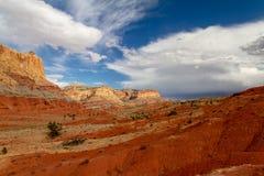 Шикарный взгляд слоев утеса и образований песчаника Навахо в национальном парке рифа капитолия в Юте Стоковые Изображения RF