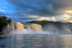 Шикарный водопад на заходе солнца в голубом свете Стоковые Изображения