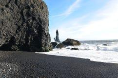 Шикарный день на пляже отработанной формовочной смеси в Vik Исландии Стоковая Фотография