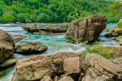 Шикарный естественный взгляд ландшафта реки Ниагарского Водопада с большими утесом и камнями Стоковое Изображение RF
