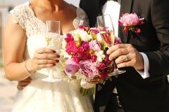 Шикарный жених и невеста держа стекла Стоковые Фото