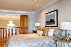 Шикарный интерьер спальни хозяев с кроватью ферзя Стоковое Фото