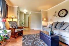 Шикарный и простой классицистический дизайн интерьера живущей комнаты. Стоковая Фотография