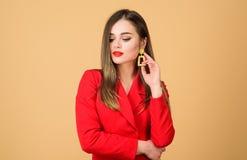 Шикарный и стильный E Красные костюмы она Довольно женщина составить губы стороны красные чувственные стоковое фото rf