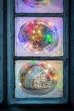 Шикарный коттедж пряника в замороженном окне для рождества Стоковые Фотографии RF