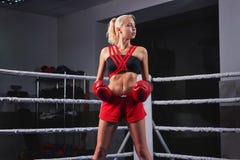 Шикарный молодой сильный и подходящий бокс тренировки женщины Стоковые Изображения