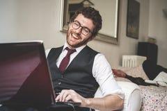 Шикарный привлекательный человек битника моды используя тетрадь Стоковая Фотография
