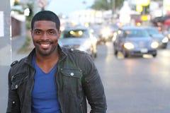 Шикарный чернокожий человек идя в город стоковая фотография rf