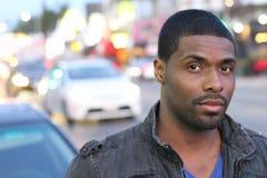 Шикарный чернокожий человек идя в город стоковое фото
