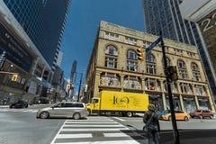 Шикарный широкий открытый взгляд улицы Торонто молодой с частью старых и современных зданий, идя людей и различных тележек Стоковые Изображения RF