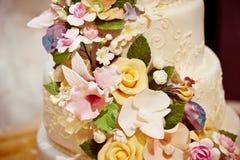 Шикарный cream свадебный пирог с розами в 2 ярусах цветет от mastic Стоковые Изображения