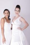 Шикарными молодыми возбужденные невестами мантии свадьбы носки Стоковое Фото